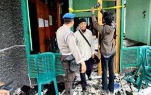 Kaca-kaca jendela berserakan di Sekretariat HMI Cabang Makassar di Jl Botolempangan, Kamis (4/3/2010), setelah diserbu polisi. Penyerbuan brutal itu memancing reaksi maha-siswa dan alumni HMI. TRIBUN TIMUR/OCHA ALIM